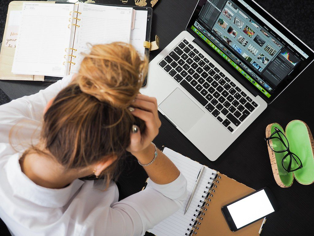 chica estudiando con ordenador